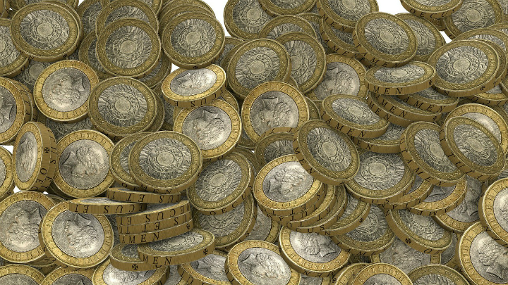 A pile of £2 coins